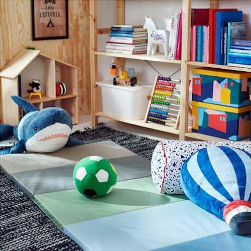 ▲簡單繽紛的折疊活動墊,折疊起的時候可以當椅子,攤開時,隨意放置在各個角落,都可以椅讓空間成為療癒放鬆的小地方,想做瑜珈、看書,或是純粹想躺著,都隨心所欲~