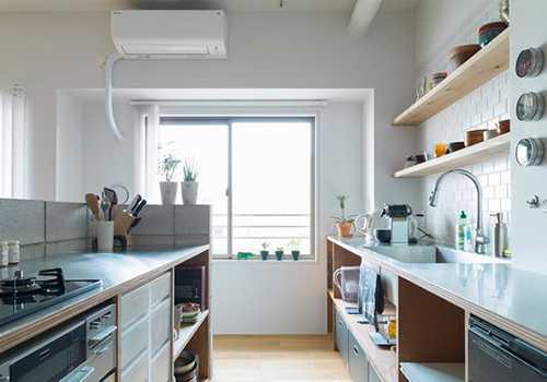 ▲廚房所產生的熱源足以讓冷氣運轉不停,電費也貴得嚇死人!